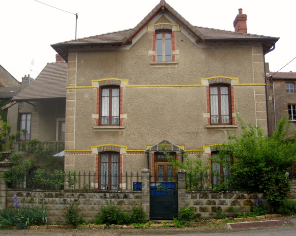 An architecturally unusual home in Étrigny.