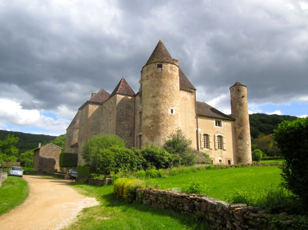 View as you approach the château.